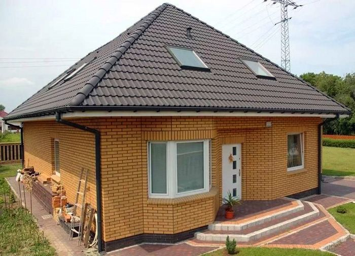 Фото одноэтажного кирпичного дома с мансардой
