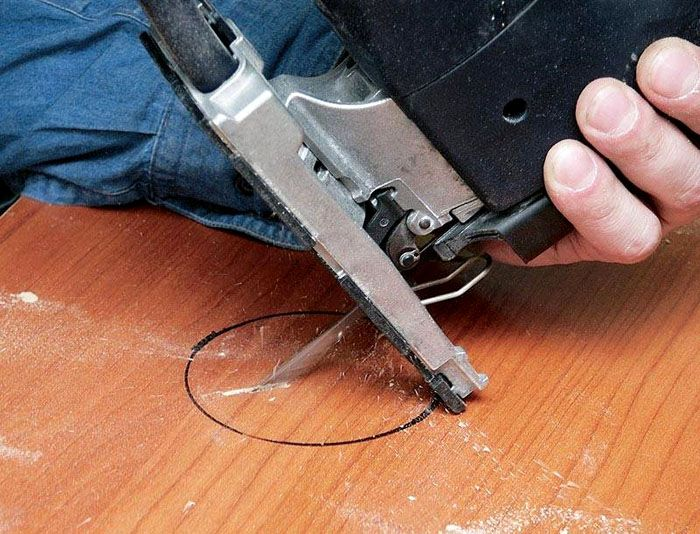 Для быстрого вырезания деталей из ДСП пользуются электролобзиком