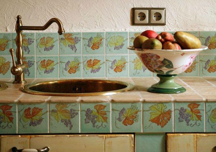 С целью экономии средств можно сделать два ряда плитки, сверху использовать декоративную штукатурку