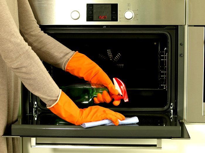 С химическими моющими средствами работают в резиновых перчатках