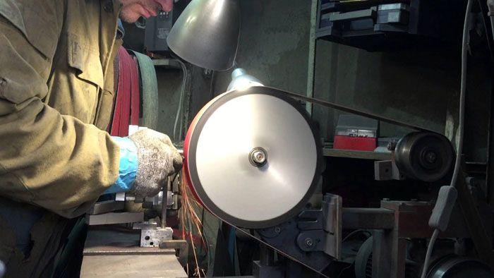 С помощью ЛШМ легко очистить металл от краски и ржавчины