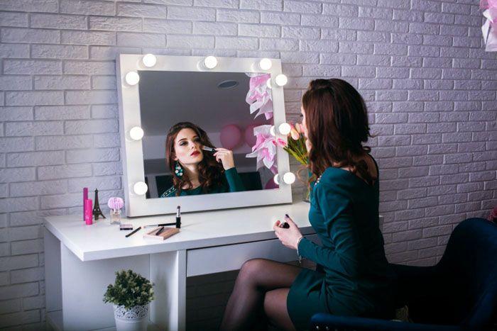 Подсветка покажет малейшие недостатки макияжа