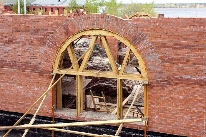Их кирпича создают арки, другие сложные архитектурные элементы