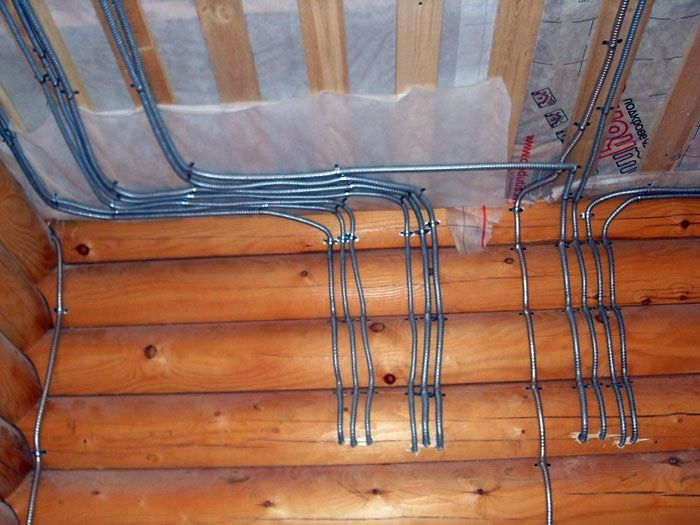 Для надёжности электропроводку помещают внутри металлической гофры