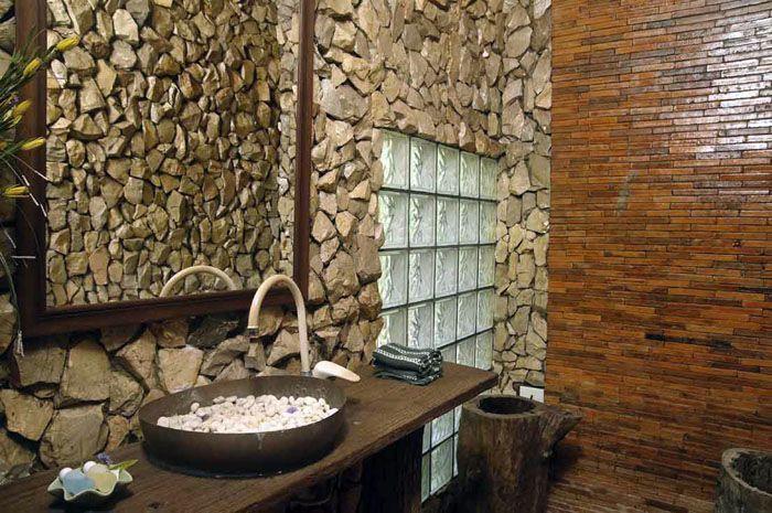 В целях экономии можно заменить натуральный камень искусственным, но следует помнить, что его обычно делают из гипсовой смеси, а она не любит повышенной влажности