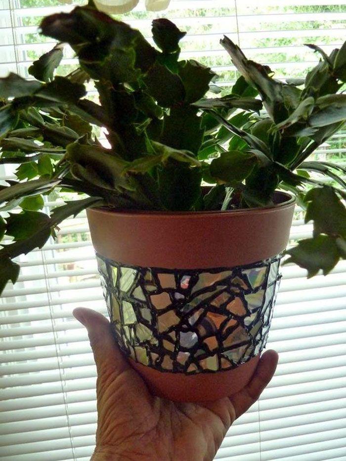 В кусочно-радужном стиле можно оформить горшок для цветов