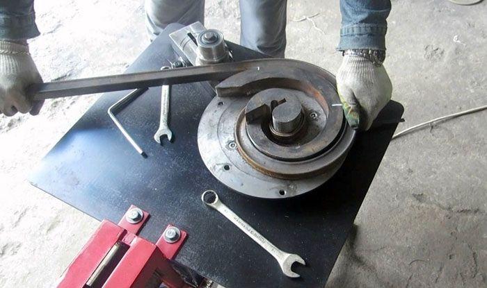 Вручную гнуть металл тяжелее, но если вы всего лишь делаете одни ворота, можно справиться с этой задачей и вручную, с минимальными затратами, используя только небольшие приспособления и обычный инструмент
