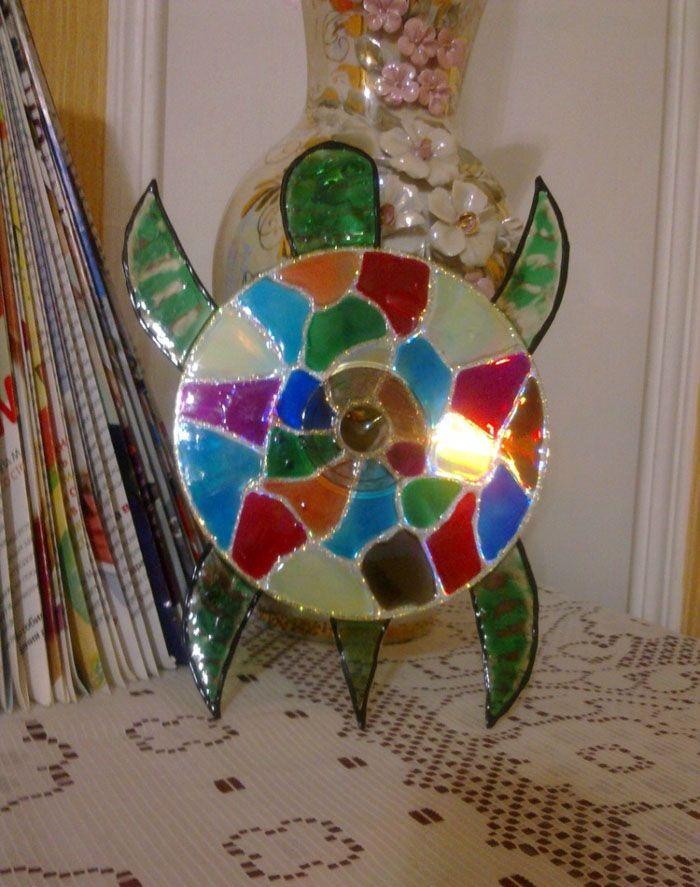 В основе черепашки — пластик от бутылки, который можно заменить картоном. Сам диск расписывают витражными красками.Чтобы краска не смешивалась, нужно приобрести контур