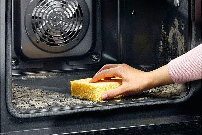 Горячая поверхность нагревает хлорид натрия, а он, в свою очередь, помогает убрать всю жирную грязь
