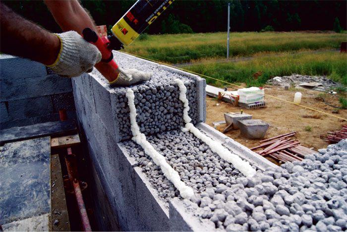 Подумайте, прежде чем решиться на строительство из шлакоблока. Такие дома нуждаются в дополнительных мерах защиты, их возведение следует держать под строгим контролем, учитывая усадку и способность к саморазрушению блоков