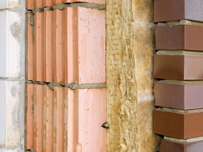 Улучшают изоляционные характеристики с применением многослойных конструкций