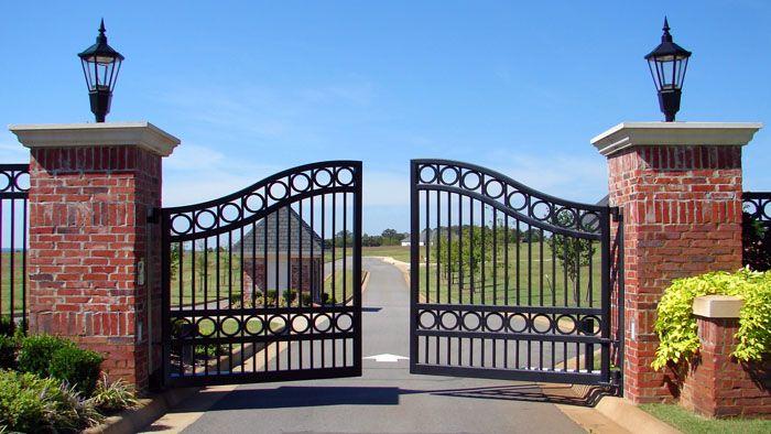 Если ворота распашные, проследите за тем, чтобы площадка, в пределах которой будут открываться крылья ворот, была ровной, и створки не цеплялись за грунт