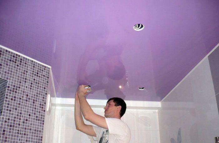 Потолки в ванной можно сделать натяжными. Самостоятельно это вряд ли получится, но услуги мастеров на такой небольшой площади будут недорогими, а результат – лучше штукатурки или обшивки панелями