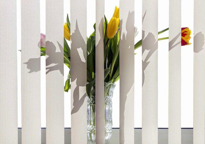 Логичный выход – крепление занавеси на стене перед оконным проёмом. Так, и цветы останутся на подоконнике, и рама не пострадает