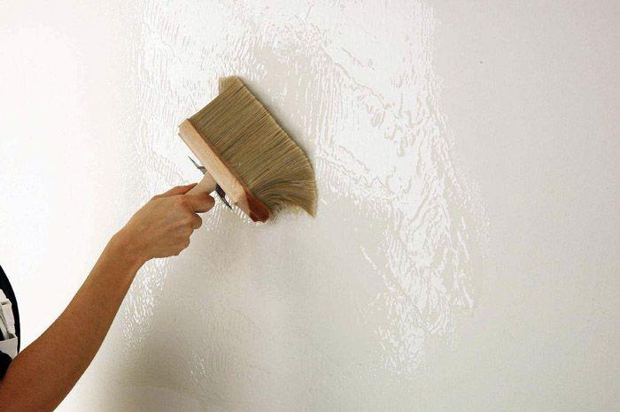 Самый простой и доступный вариант – прогрунтовать стены обойным клеем. Этот метод подходит, если поверхность идеальная: ровная и непористая