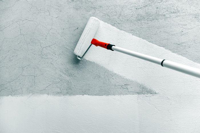 На бетонные перегородки и стены из керамзитобетона наносят минеральную грунтовку. В её состав входит гипс и известь. Тонкий слой сохнет за считаные часы