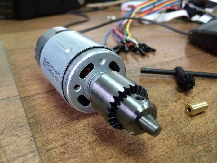 Используя привод дрели, можно соорудить довольно мощный гриндер