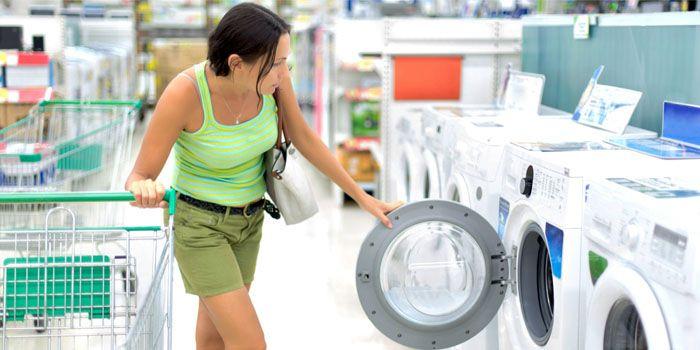 Подбирайте стиральную машину так, чтобы она компактно разместилась в санузле. Отдайте предпочтение современным узким моделям