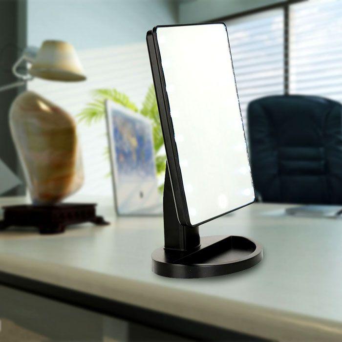 Можно поставить зеркальце на удобный столик, превратив часть комнаты в будуар