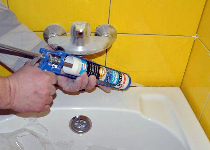 Если на ванну попал герметик или клей, лучше удалить такой материал сразу губкой. Если герметик застыл, его удаляют лезвием, срезая по слою