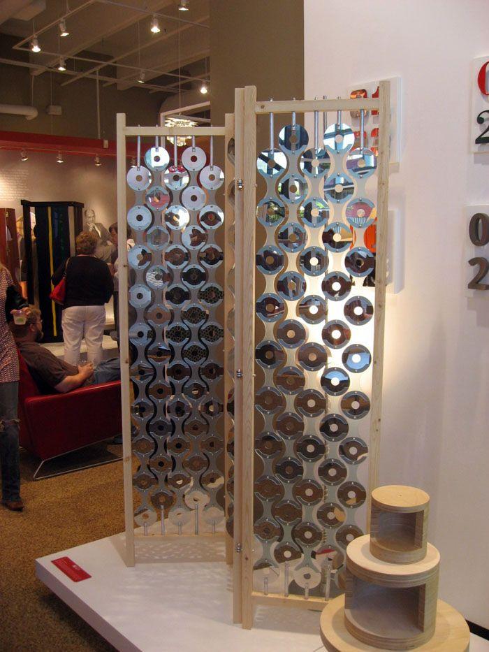 Ширма несёт декоративную и эстетическую функцию: она прозрачная и эффектно отражает свет