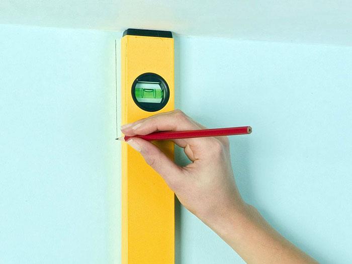 Используйте отвес или строительный уровень для создания линии, от которой начнёте работу