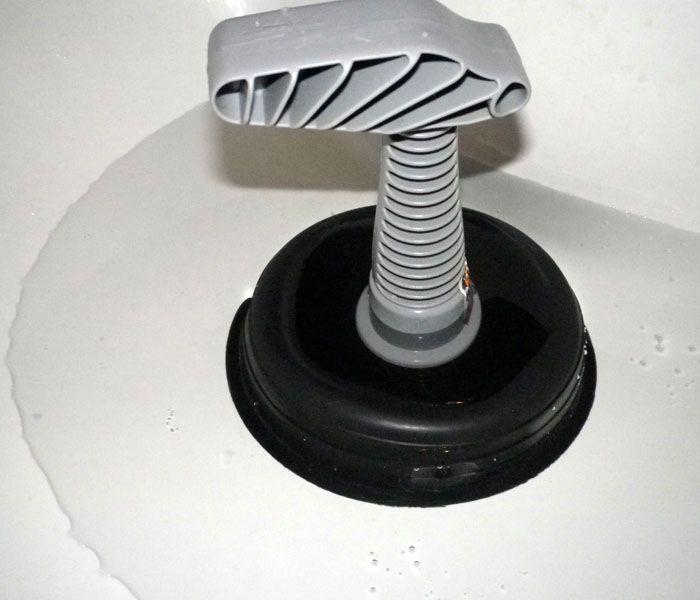 Вантуз — проверен временем. Если смазать его края вазелином, то сцепление с дном будет лучше