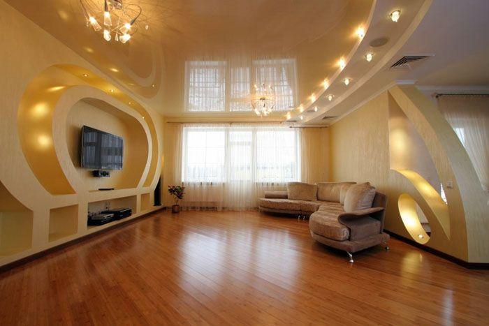 Дизайн зала в квартире с подвесным потолком. Его можно объединить с натяжной конструкцией