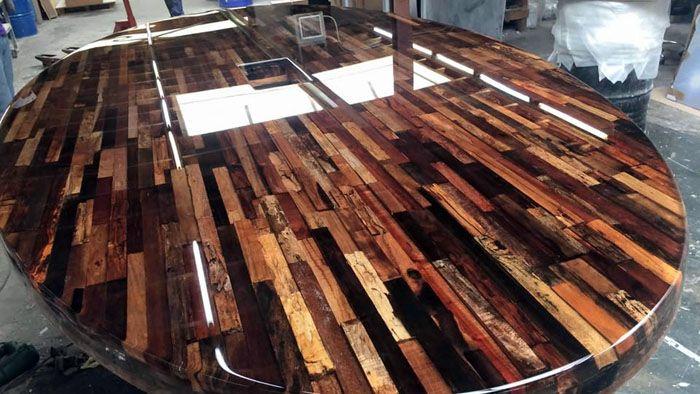 Излюбленный приём дизайнеров – обрамление эпоксидной заливкой деревянной столешницы. В качестве основы могут быть даже доски от старых ящиков
