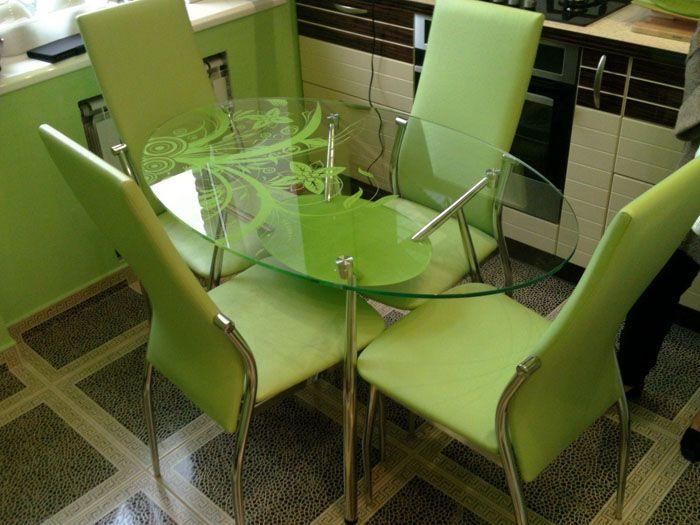 Столешница может быть прозрачной, матовой, тонированной или цветной. Если поверхность только из стекла, то её толщина составляет от 10 до 19 мм, при деревянном обрамлении допустима толщина в 5-8 мм