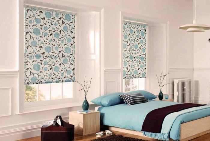Рулонные светлые шторы в спальню, как на фото, прекрасно подходят для современных окон