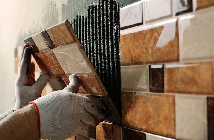 Перед укладкой на цементный раствор кафель нужно увлажнить – опустить плитку на несколько минут в ёмкость с водой
