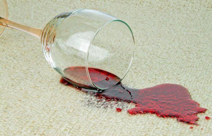 Свежее красное винное пятно легко удалить с помощью соли