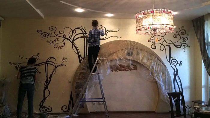 С применением художественной росписи на стену наносят любые изображения