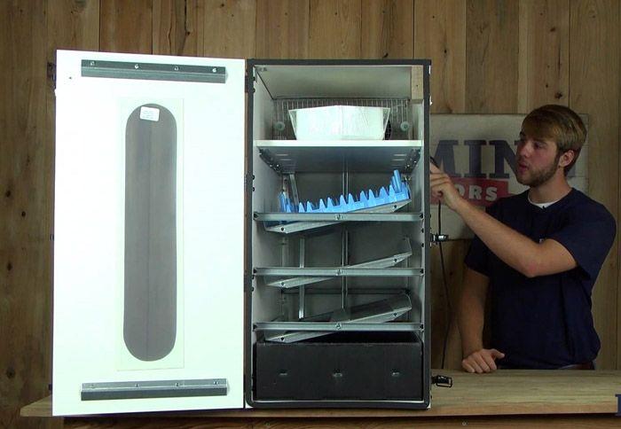 Старый холодильник имеет герметичную дверцу и мощный теплоизоляционный слой