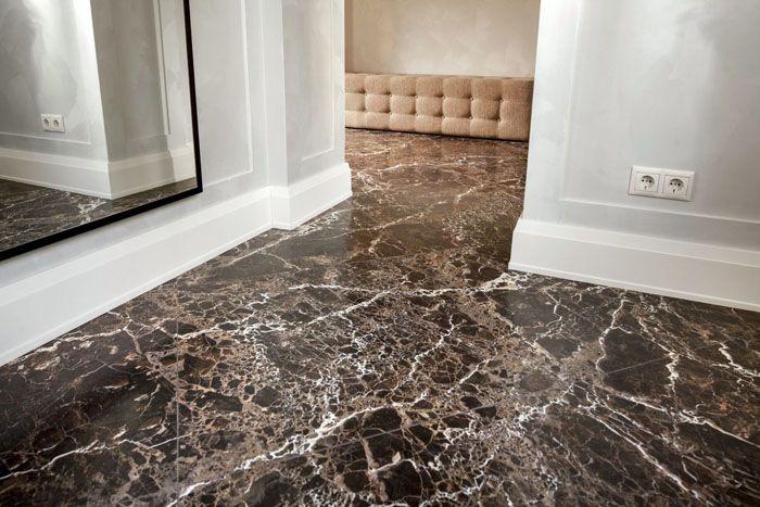 Свойства материала позволяют использовать его в качестве напольного покрытия в домах и местах общественного пользования