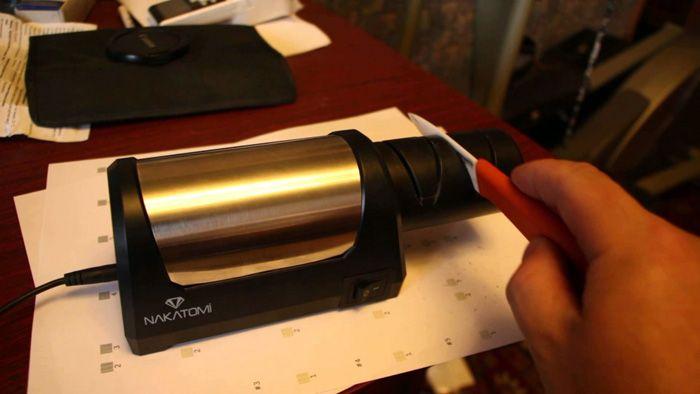 В конструкцию электроточила входят диски с алмазным покрытием, расположенные под идеальным для правки лезвия углом. Трудно испортить нож с таким инструментом