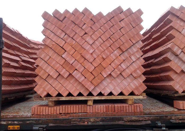 В среднем на постройку небольшой барбекюшницы стандартных размеров уходит 360 штук кирпича