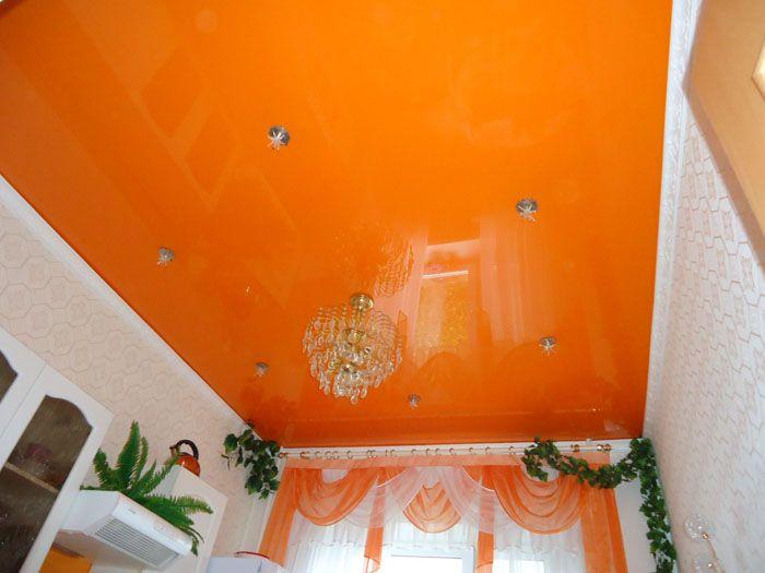 Даже любители ярких оттенков могут уставать под сочным «небом» в зале. Поэтому цвет подбирают особенно тщательно