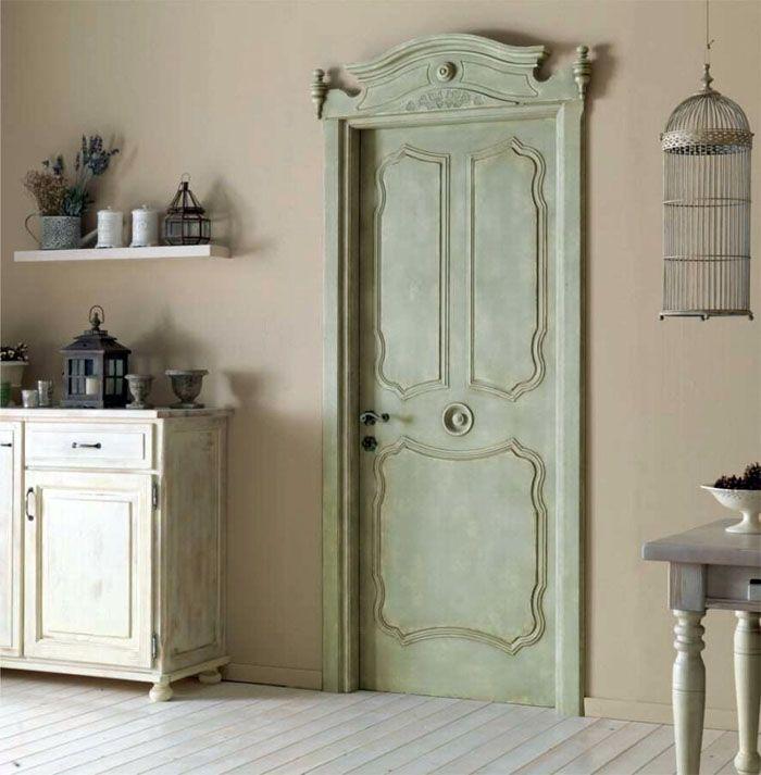 Фисташковый оттенок и интересная модель двери имеют свой собственный дизайн