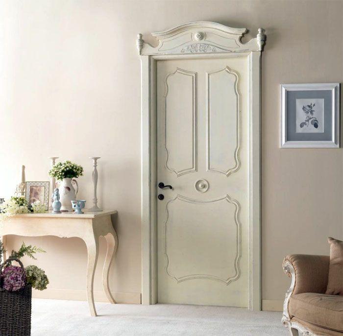 Кремовый оттенок двери подходит под многие цвета в комнате