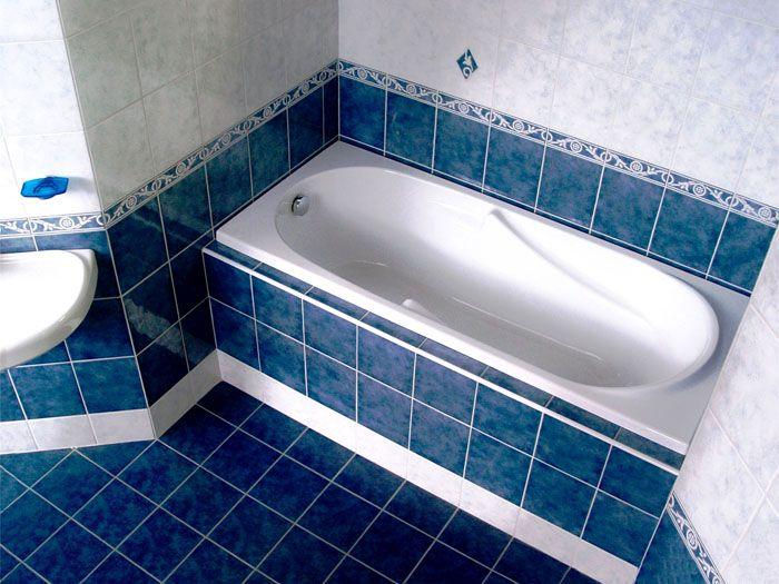 В этом случае плитку кладут от краёв ванны, отступив несколько миллиметров. После этот промежуток заполняют герметиком