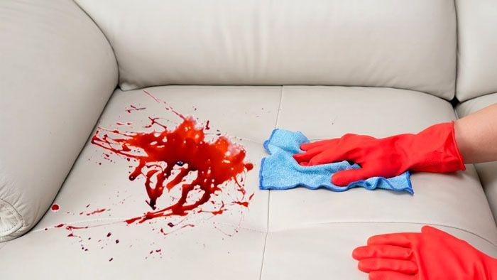 Кровь в свежем виде выводится холодной водой. А вот засохшую сначала размачивают льдом и слабым уксусным раствором