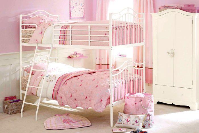 Габариты комнаты станут существеннее, поэтому при выборе спального места чаще выбирают двухуровневые кровати