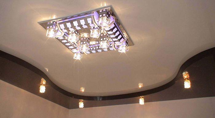 На фото люстра для натяжных потолков для зала