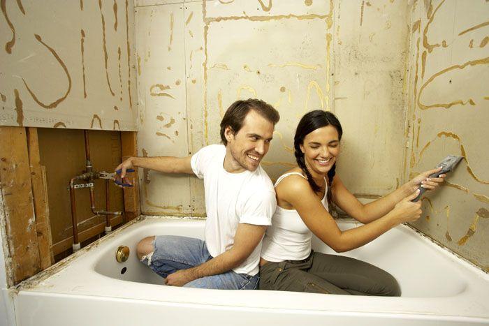 Положить кафель в ванной комнате своими руками – посильная задача. Нужно только следовать простому алгоритму и делать всё аккуратно