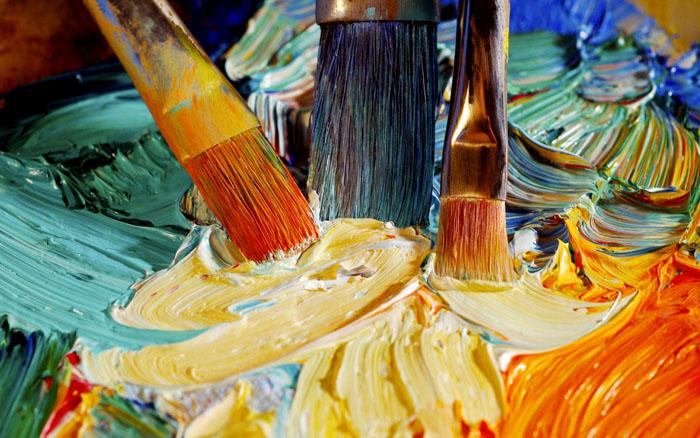 Масляные краски смывают растворителем, не забыв проверить на незаметном кусочке ткани эффект. Можно попытаться убрать след сливочным маслом