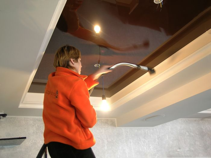 Пыль тоже проявит себя по углам, на уровнях потолка и стыках