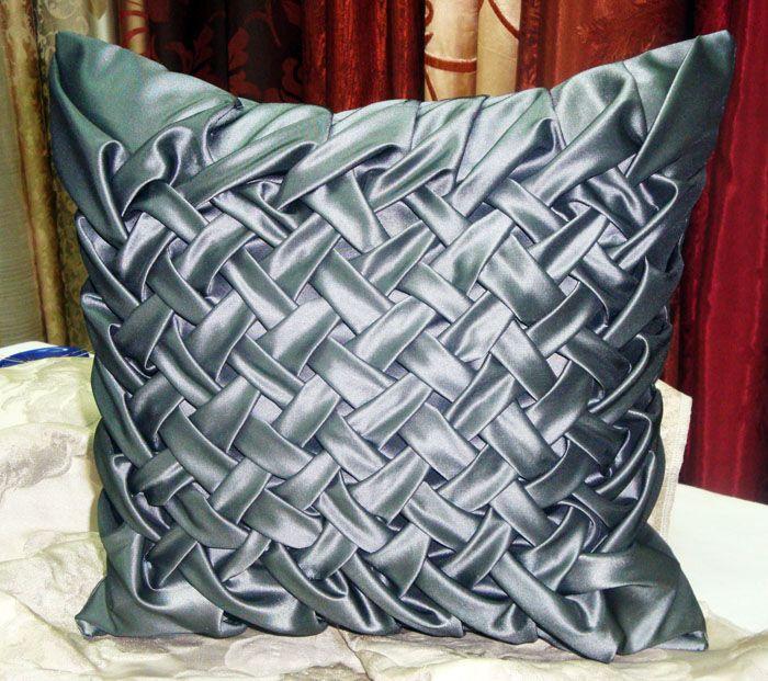 Атласная ткань наиболее красиво подчёркивается буфами