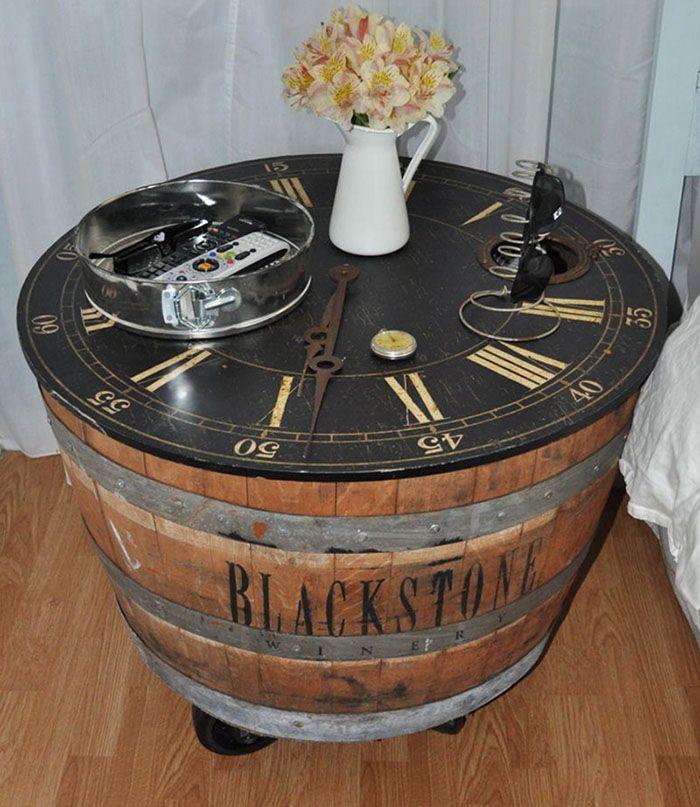 Интересный декор: столик с декоративными часами. Такую модель можно поставить и в уголок, и около кровати